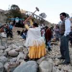 Ribuan Bolivian Catholic Memecah Batu Untuk Mengubah Nasib