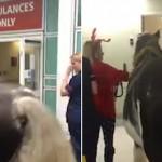 Bukan Orang, Pasien Rumah Sakit Ini Dijenguk oleh Seekor Kuda